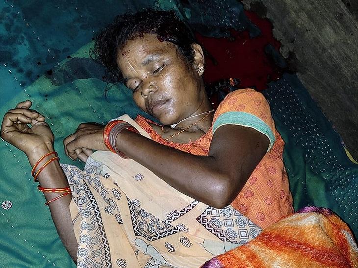 रात करीब 11.30 बजे अजय उठा और किचन से चाकू ले आया। उसने चाकू से सबसे पहले अपनी मां पर वार किया।