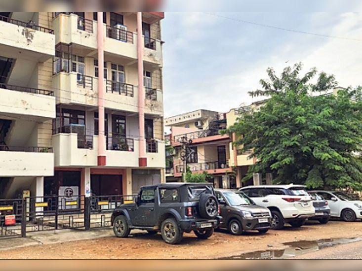 बिना पार्किंग कार नहीं खरीद सकते; सच-पार्किंग के 70% शपथ पत्र फर्जी, असर-वाहन खड़े होने से सड़कें आधी हुईं|जयपुर,Jaipur - Dainik Bhaskar