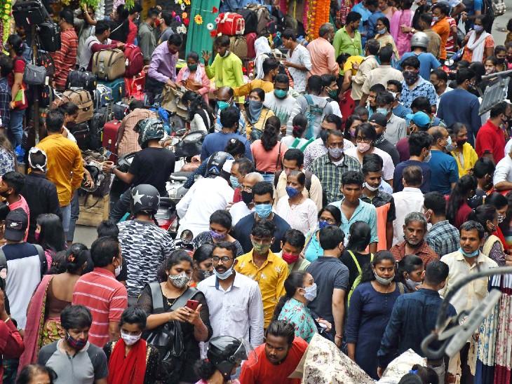 यह रविवार को मुंबई के दादर मार्केट की तस्वीर है। 10 सितंबर से शुरू हो रहे गणेश उत्सव की वजह से यहां भीड़ उमड़ रही है। कोरोना महामारी को देखते हुए यह चिंता बढ़ाने वाली है। - Dainik Bhaskar