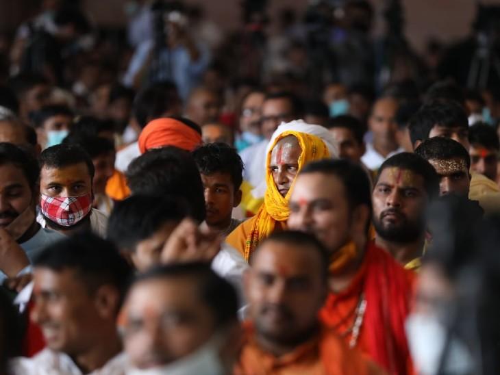 सम्मेलन में उमड़ी भीड़। इसमें बड़ी संख्या में साधु-संत और पुजारी शामिल हुए।