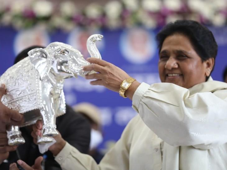 सम्मेलन में BSP कार्यकर्ताओं ने पार्टी अध्यक्ष मायावती को चांदी का हाथी भेंट किया।