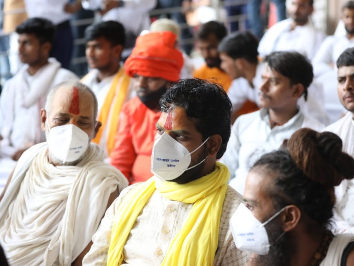 सम्मेलन में बड़ी संख्या में ब्राह्मण और साधु-संत मौजूद रहे।