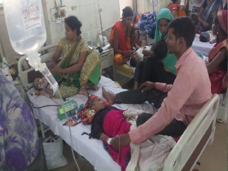 सरोजनी नायडू नेहरू बाल चिकित्सालय में भर्ती बच्चे। एक बेड पर दो-दो बच्चों को भर्ती कराया गया है।