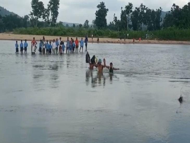 शॉर्टकट के चक्कर में जोखिम में डाल रहे जान, मां-बाप के साथ मिलकर रोज नदी पार कर जाते हैं स्कूल; बड़ा हादसा होने का खतरा|छत्तीसगढ़,Chhattisgarh - Dainik Bhaskar