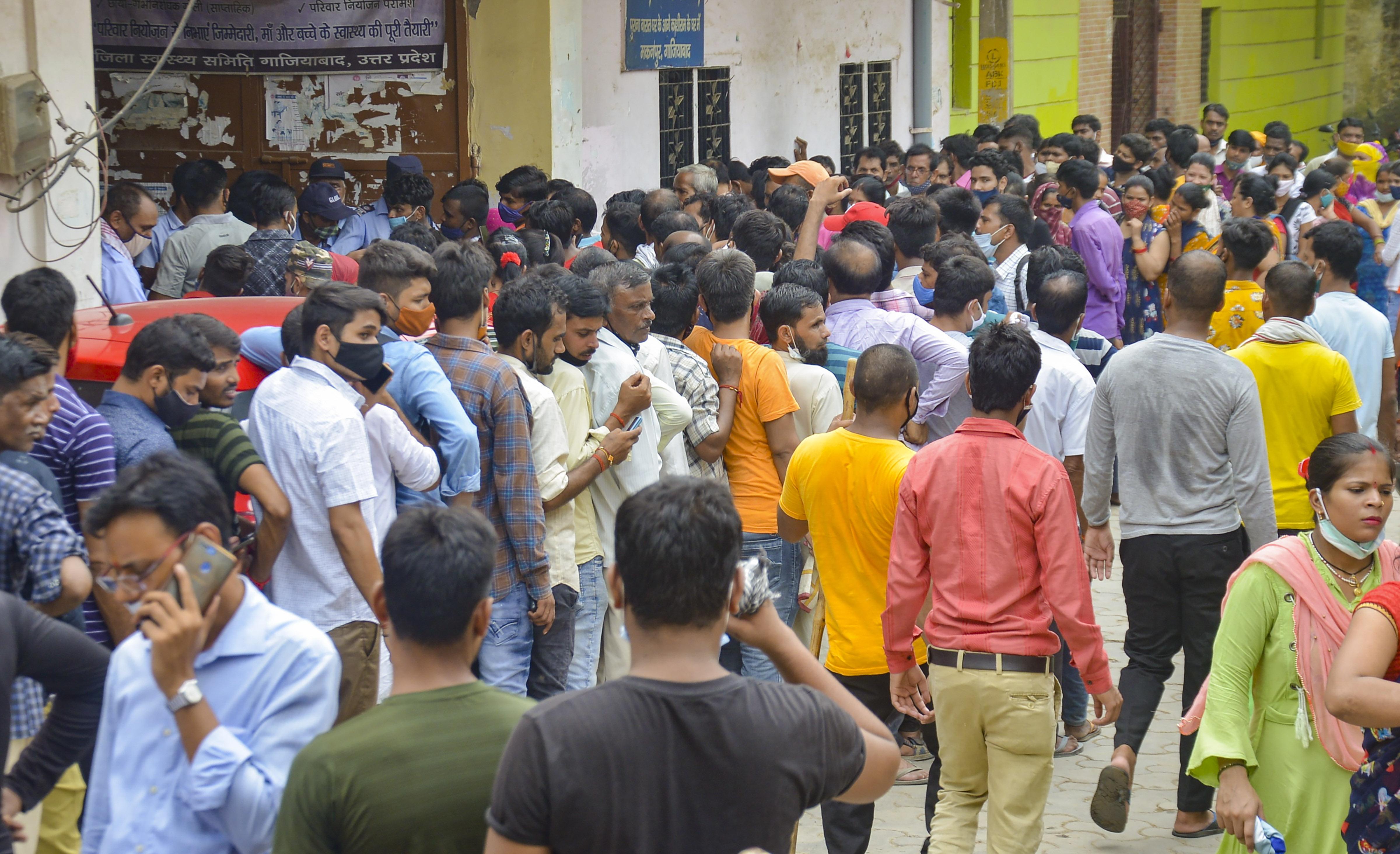 फोटो गाजियाबाद के इंदिरापुरम की है। यहां वैक्सीनेशन सेंटर पर भारी भीड़ हो रही है।