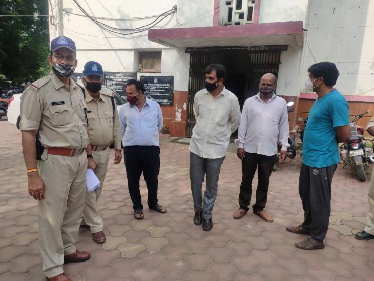 पूर्व महापौर से 45 लाख रुपए की धोखाधड़ी करने वाले सीमेंट कंपनी के चार आरोपी पुलिस रिमांड पर, अब तक रिकवर नहीं हुई धोखाधड़ी की राशि|रतलाम,Ratlam - Dainik Bhaskar