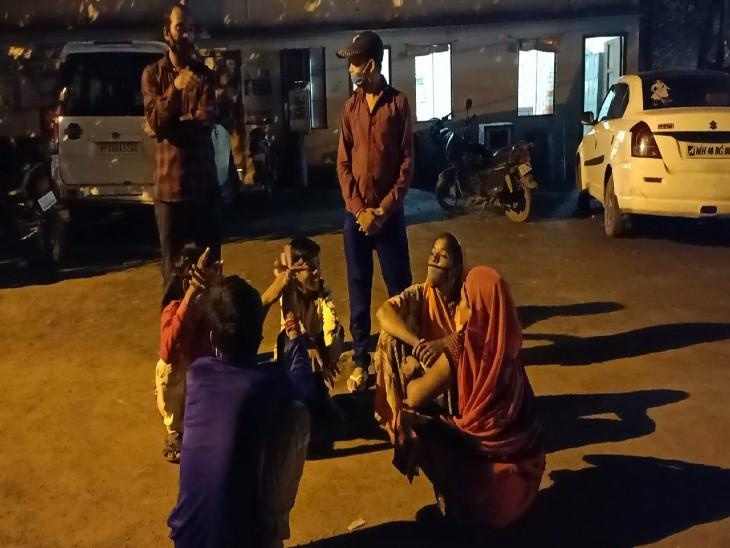 देर रात स्कूल के प्रिंसिपल व परिजनों के साथ कैंट थाने पहुंचे बच्चे। - Dainik Bhaskar