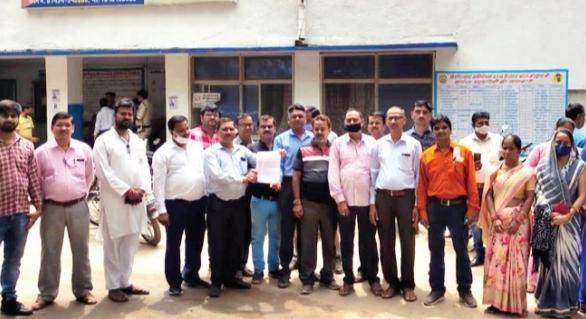 पुलिस कोतवाली के बाहर खड़े ग्राहक और एजेंट। - Dainik Bhaskar