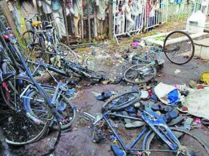 मालेगांव में ब्लास्ट के बाद घटनास्थल का मंजर।