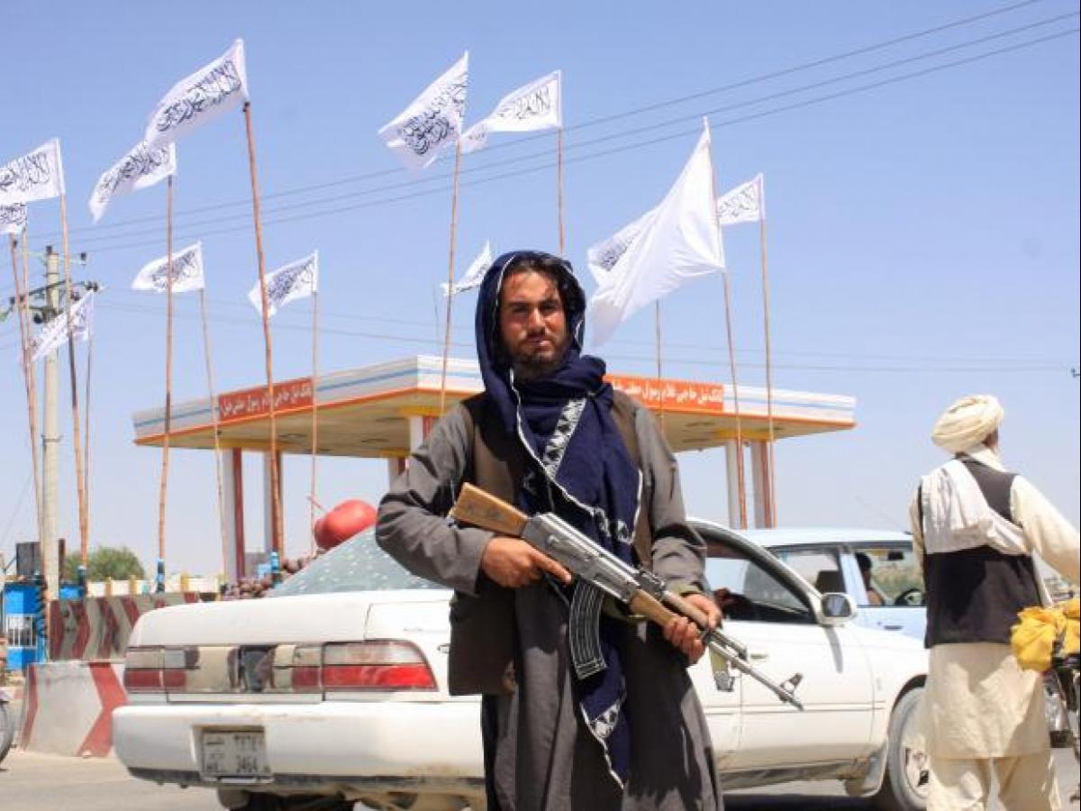 तालिबान ने जांच के नाम पर विमान रोके, मजार-ए-शरीफ एयरपाेर्ट पर 6 दिन से फंसे 1000 से ज्यादा विदेशी|विदेश,International - Dainik Bhaskar