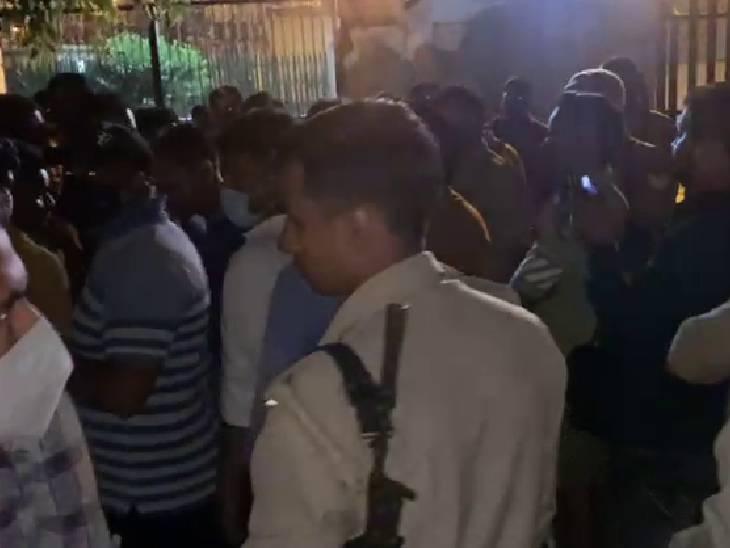 गांव में तनाव के माहौल को देखते हुए पुलिस फोर्स तैनात कर दिया गया है। - Dainik Bhaskar