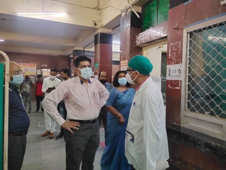 बिना रिपोर्ट के मरीज को डेंगू वार्ड में रखा, अस्पताल में नहीं है एलिसा टेस्ट की व्यवस्था, 2 बजे के बाद हेल्प डेस्क पर पड़ जाता है ताला, पढ़ें ये रिपोर्ट...|जौनपुर,Jaunpur - Dainik Bhaskar