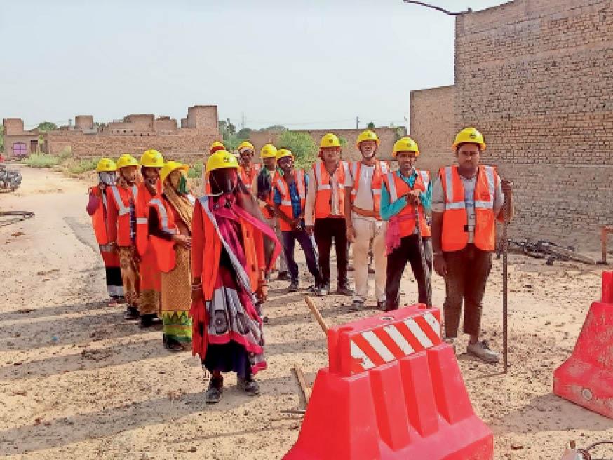 चैंबरों को दुरुस्त करने के लिए जाती एलएंडटी की टीम - Dainik Bhaskar