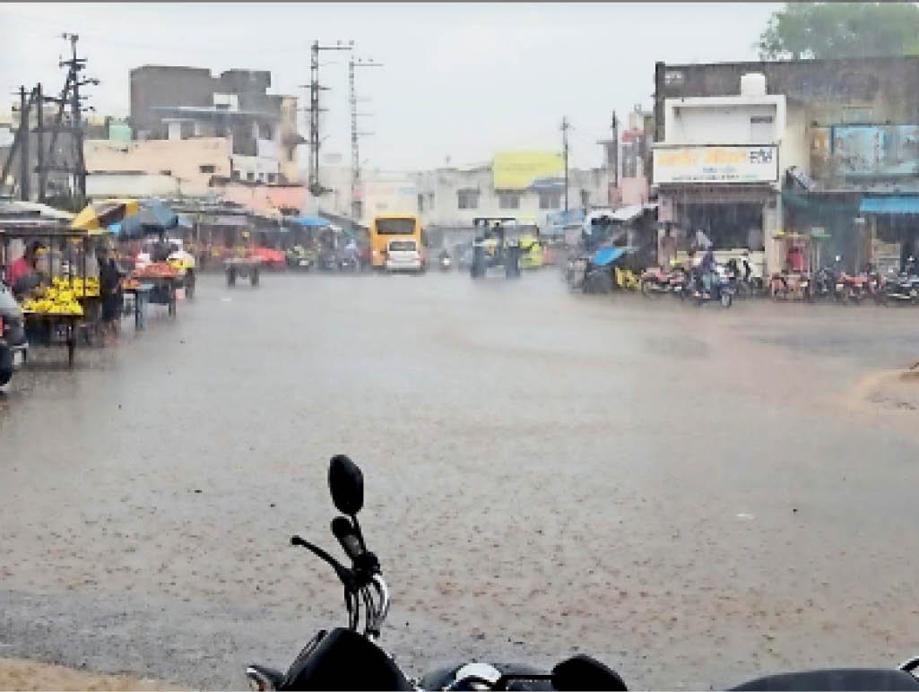 शहर में तेज बारिश के दौरान गांधी चौराहे पर इस तरह भरा हुआ दिखा पानी। - Dainik Bhaskar
