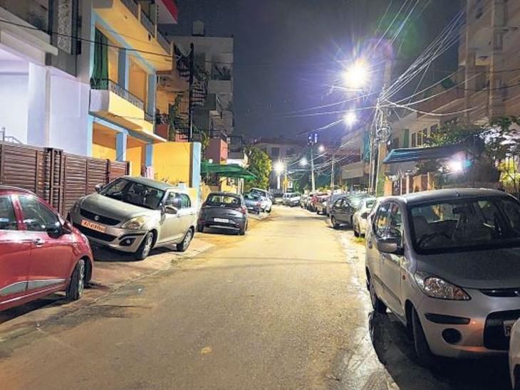 करधनी सेन्टर के सामने में घरों के बाहर सड़कों पर खड़ी की गई हैं कारें।