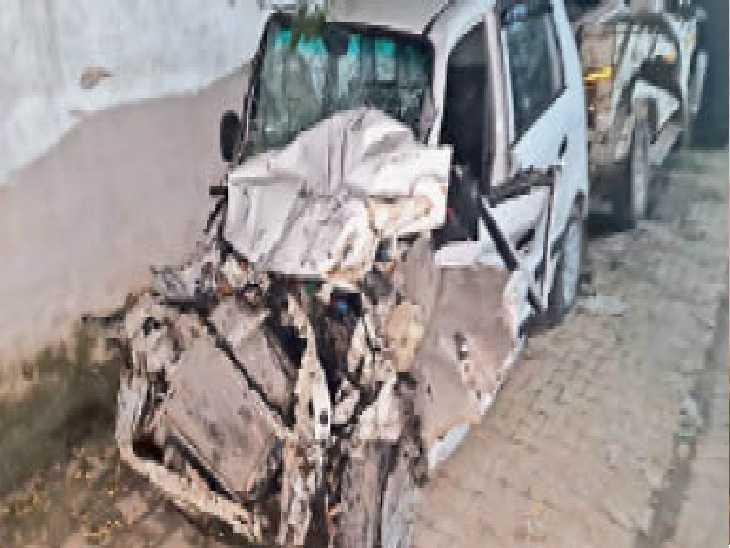 ट्राले की चपेट में आने से क्षतिग्रस्त सेंट्रो कार। कार में परिवार मोगा से जालंधर आ रहा था। - Dainik Bhaskar