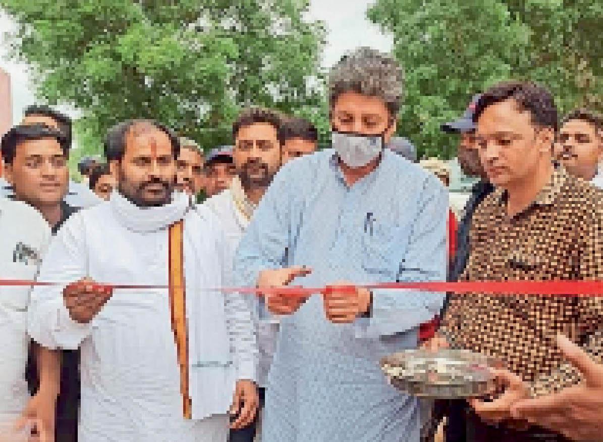 फीता काटकर नवीन कार्यो का उद्घाटन करते विधायक बोहरा। - Dainik Bhaskar