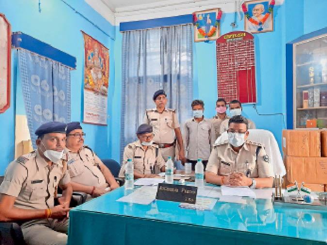 सदर थाना में मामले की जानकारी देते अधिकारी। - Dainik Bhaskar