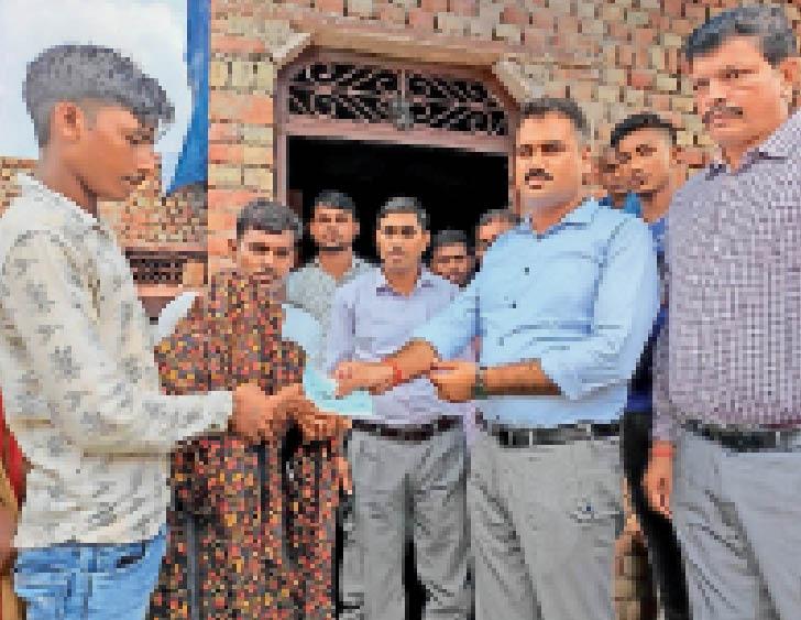 पीड़ित परिजनों को आर्थिक सहायता राशि का चेक प्रदान करते हुए एसडीएम। - Dainik Bhaskar