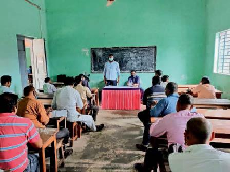 पीठासीन पदाधिकारियों को प्रशिक्षण देते मास्टर ट्रेनर। - Dainik Bhaskar