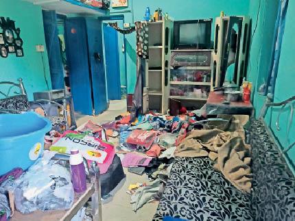 चोरी की घटना के बाद घर में बिखरे सामान। - Dainik Bhaskar