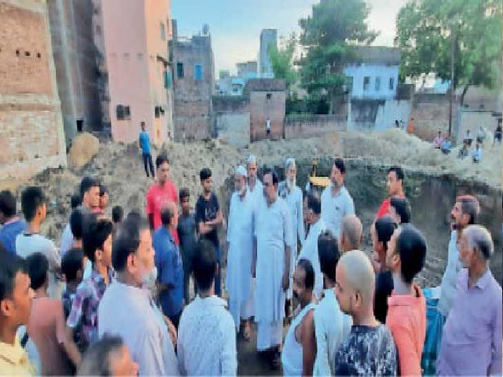 जलमीनार निर्माण के लिए हो रही खुदाई का निरीक्षण करते जिला उद्योग केंद्र के जीएम। - Dainik Bhaskar
