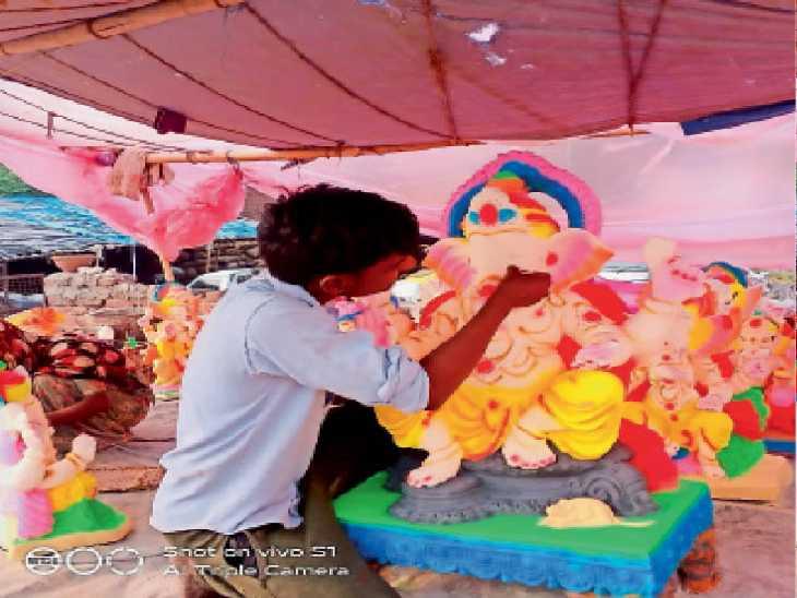 मूर्तिकार भी ईको फ्रेंडली गणेश प्रतिमाएं बनाने पर दे रहे हैं जोर, मूर्तियों की बिक्री और महोत्सव की तैयारियां शुरू - Dainik Bhaskar