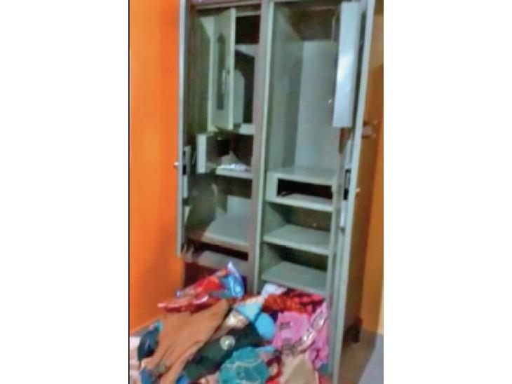 चाेरों ने अलमारी का सामान निकाल कर बिखरे दिया था। - Dainik Bhaskar