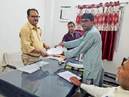 समग्र शिक्षा के डीपीओ को ज्ञापन सौंपते शिक्षक संघ के सदस्यगण। - Dainik Bhaskar