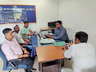 बिजली विभाग के कार्यपालक अभियंता से मिलते लोग। - Dainik Bhaskar