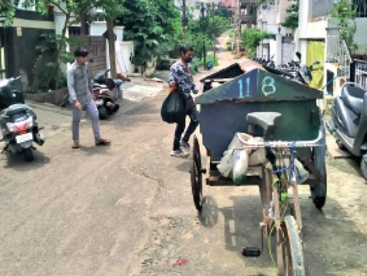 आधे से ज्यादा शहर में नहीं पहुंचीं डोर-टू-डोर कचरा गाड़ियां, सड़कों के किनारे लग गए ढेर|भोपाल,Bhopal - Dainik Bhaskar