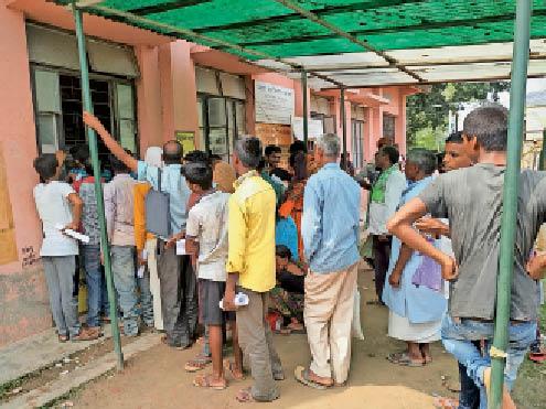आरटीपीएस काउंटर पर आवेदन जमा करने के लिए लगी भीड़। - Dainik Bhaskar