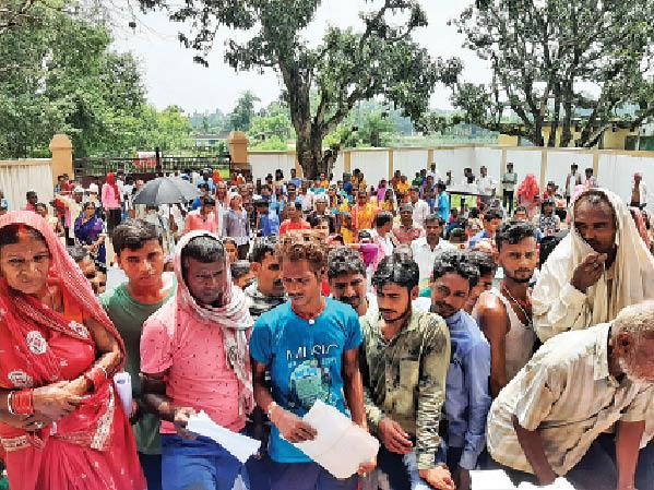 सोमवार को मेगा वैक्सीनेशन कैंप के तहत कटोरिया में जुटी लोगों की भीड़। - Dainik Bhaskar