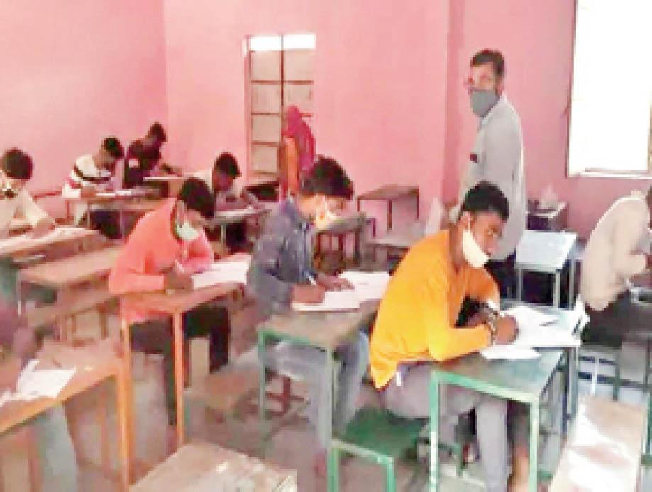 नंबर 1 स्कूल के परीक्षा केंद्र में परीक्षा देते छात्र। - Dainik Bhaskar