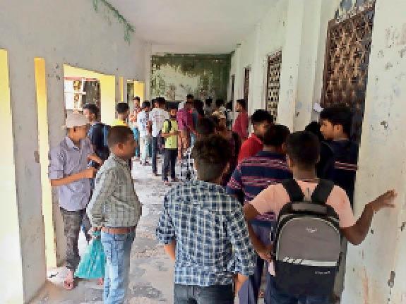 पूर्णिया कॉलेज में अंक पत्र लेते छात्र। - Dainik Bhaskar