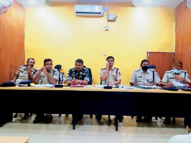 क्राइम मीटिंग में मौजूद एसपी व अन्य पुलिस पदाधिकारी। - Dainik Bhaskar