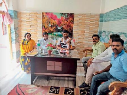 बहादुरगंज में बैठक में शामिल भाजपाई। - Dainik Bhaskar