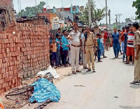 हादसे के बाद घटनास्थल पर पहुंची पुलिस और सड़क पर पड़ा शव। - Dainik Bhaskar
