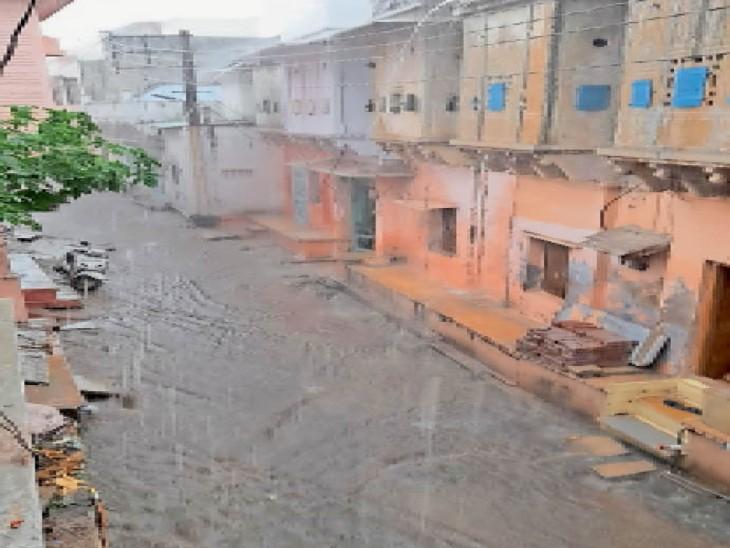 बड़ीसादड़ी। कस्बे में सोमवार को बरसात हुई। - Dainik Bhaskar