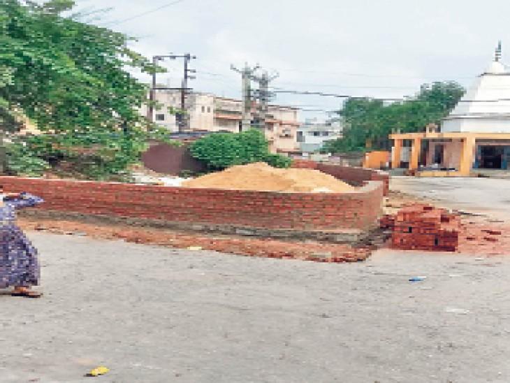 गैर मजरूआ जमीन पर की गई बाउंड्री - Dainik Bhaskar
