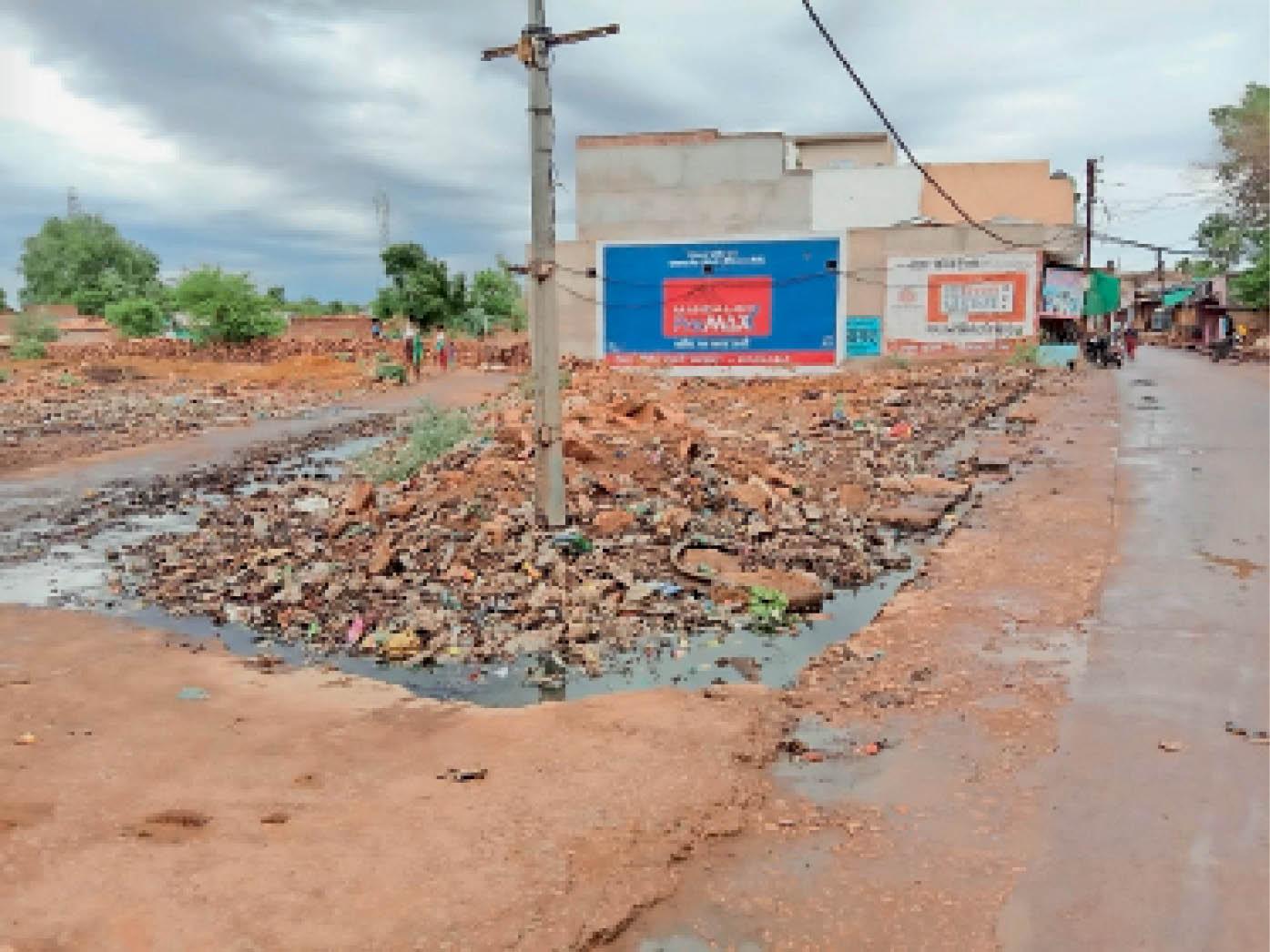 सफाई कर्मचारियों की लापरवाही के चलते कराहल के मुख्य बाजार में लग रहा गंदगी का ढेर। - Dainik Bhaskar