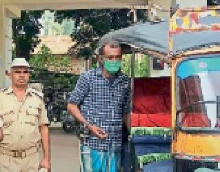 आरोपी को जेल ले जाती पुलिस। - Dainik Bhaskar