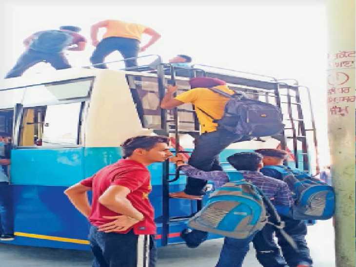 हड़ताल के कारण बसों की छतों पर सफर करने के लिए मजबूर यात्री। - Dainik Bhaskar