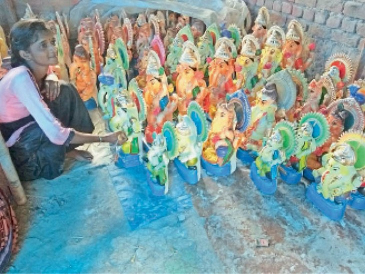 गणेश जी की मूर्ति को अंतिम टच देती युवती। - Dainik Bhaskar
