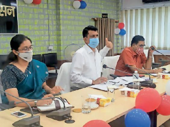 बैठक में मौजूद डीएम, डीडीसी व अन्य। - Dainik Bhaskar