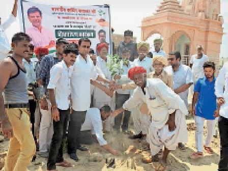 बाड़मेर. सचिन पायलट के 44वें जन्मदिन पर पौधरोपण करते हुए। - Dainik Bhaskar