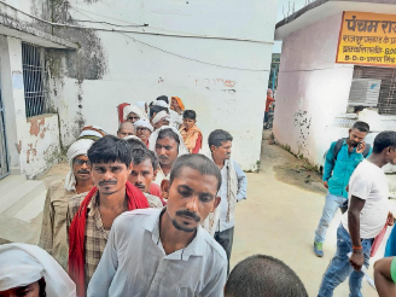 नाजिर रसीद कटवाने को लेकर राजपुर में उम्मीदवारों की लगी कतार। - Dainik Bhaskar