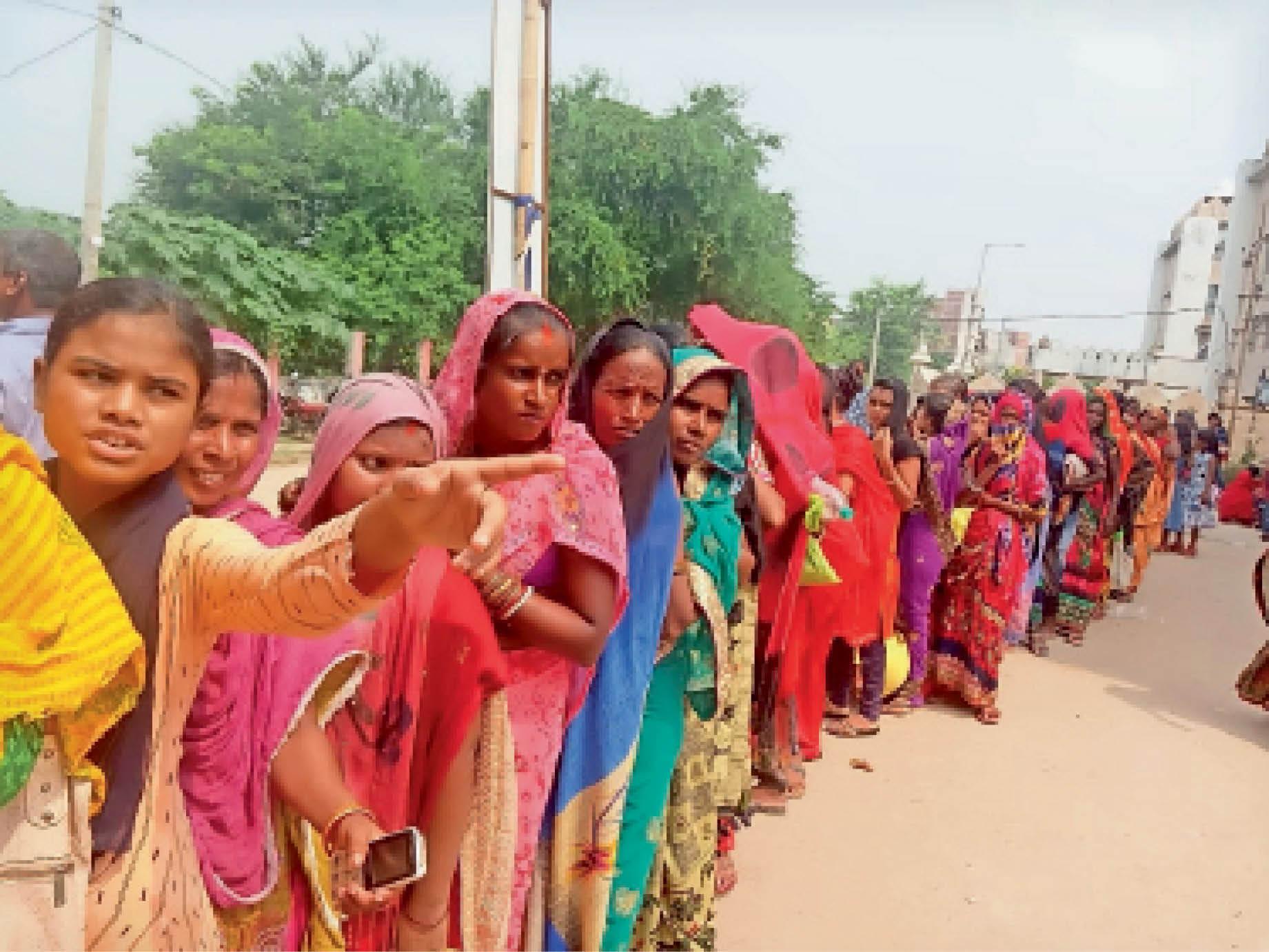 वैक्सीन के लिए कतार में खड़ी महिलाएं। - Dainik Bhaskar