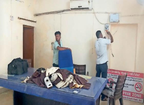 सिकराय। पंचायत समिति में प्रधान चैंबर की एसी ठीक करने में जुटे तकनीशियन। - Dainik Bhaskar