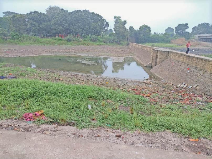 सरदारपुर. इस तरह से अभी भी माही नदी में नहीं अाया पानी। - Dainik Bhaskar